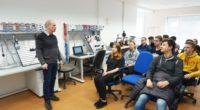 Se studenty čtvrtého ročníku semináře 3d modelování jsme se šli podívat do menší šumperské firmy ELZACO. Firma se zabývá návrhy a konstrukcí jednoúčelových strojů, malých vodních elektráren a průmyslovou automatizací. […]