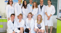 Od roku 2002 se již poosmnácté z druhých ročníků a sexty vyčlenilo 13 statečných studentek a studentů, kteří se rozhodli podívat chemii blíže na zoubek. Začali řezáním a tvarováním skla, […]