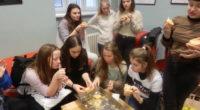 """Dne 13.1. jsme si se třídou 2.C zpestřili výuku francouzštiny přípravou tradičního francouzského tříkrálového koláče, tzv. """"Galette des rois"""".Dvě listová těsta (pate feuilleté), cukr (sucre), máslo (beurre), mandlová moučka (poudre […]"""